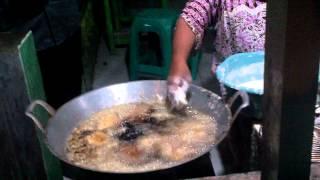 Menggoreng pisang pakai tangan
