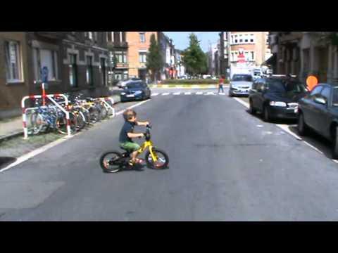Joest fietst op zijn spinnenfiets