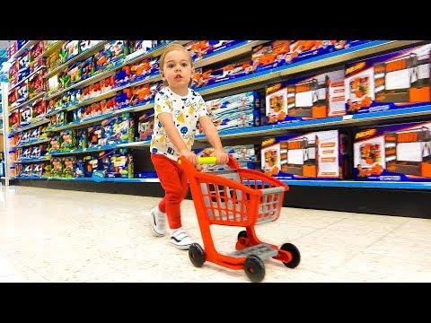 Дэни покупает игрушки в магазине и весело проводит время Песенка для детей про магазин игрушек
