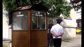 CROCANT // Militarii păzesc ambasada sau spală pe jos?