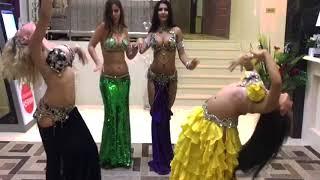Оу! Четыре восточные танцовщицы очень красиво двигаются