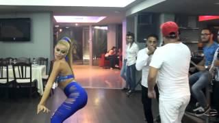 Шикарные и сексуальные девчонки танцуют в ресторане.(Обалденные девчонки выплясывают под аккомпонемент местных музыкантов. Вы только посмотрите как они двигаю..., 2014-03-07T01:03:51.000Z)