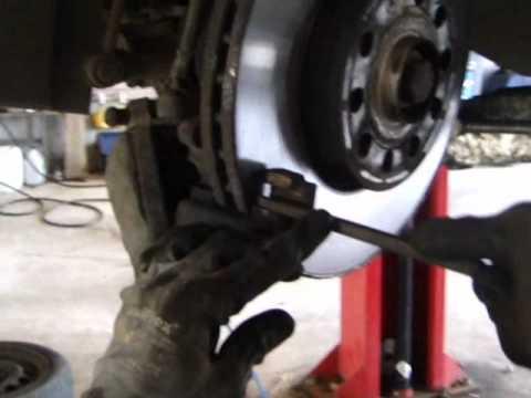 Udskiftning af bremseklods på forhjul - YouTube