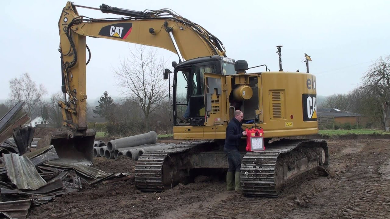 How to jump start an hydraulic excavator with a SOS Booster 12/24V - YouTube