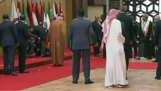 القمة العربية .. شاهد:  لحظة سقوط الرئيس اللبناني ميشال عون أرضا