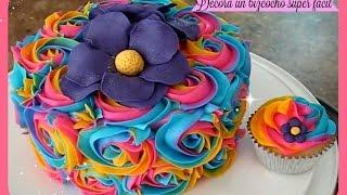 como-decorar-un-bizcocho-pastel-y-cupcakes-fcil-con-flores-de-frosting-de-colores
