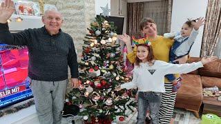 Yeni yıl yılbaşı ağacı süsledik. Salonu ışıklandırdık süsledik.