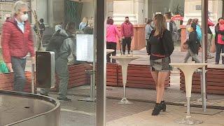 """Chile reabre sus polémicos """"cafés con piernas"""" tras pandemia"""