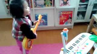 どこで覚えたのか大好きな曲らしいです。 ※2009年3月(2歳11ヶ月)