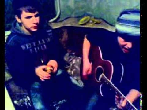Парень очень классно исполняет под гитару песню. Лишь о тебе мечтая.