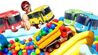 Автобусы Тайо на прогулке. Большие машинки и сухой бассейн - Видео для детей Капуки Кануки