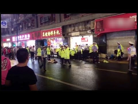 A shop signboard falls and kills three in Shanghai