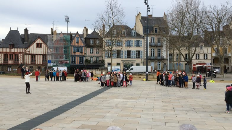 90 enfants lors d 39 un flashmob sur l 39 esplanade du port de. Black Bedroom Furniture Sets. Home Design Ideas