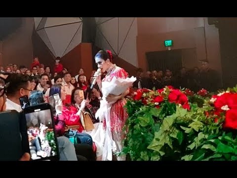 Live Concert Syahrini 2018 - Momen Pemberian Bunga Dari Seseorang