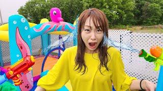누가 먼저 물총을 잡을까요? 서은이의 문어 에어바운스 연필 상어 물총놀이 우비 Seoeun Playing Water Pistol with Octopus Air Bounce