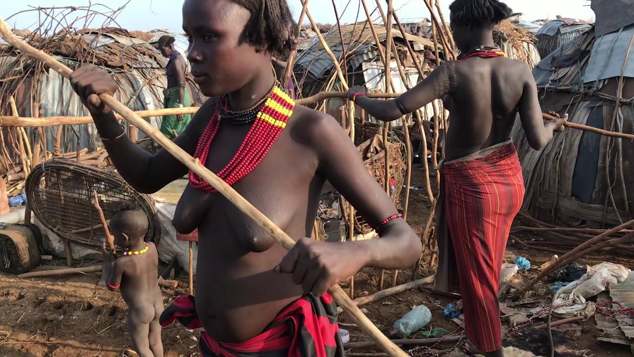 Дикая Африка: женщины племени дассанеш строят дом