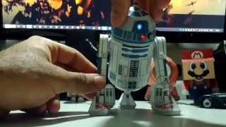 R2-D2 papercraft com LEDs e movimentos.