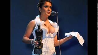Сальма Хайек обнажила грудь с растяжками на London Evening Standard Theatre Awards