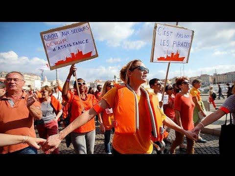مظاهرات في فرنسا لدعم آخر سفينة خيرية لإنقاذ المهاجرين قبالة السواحل الليبية…