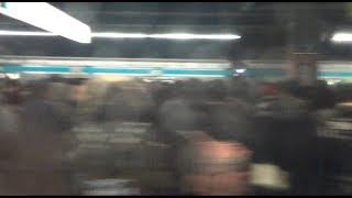 大雪で大混雑で北行の列車の目の前まで列ができている京浜東北線品川駅ホーム