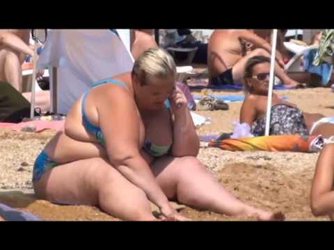 Стринги на пляже - товар лицом!