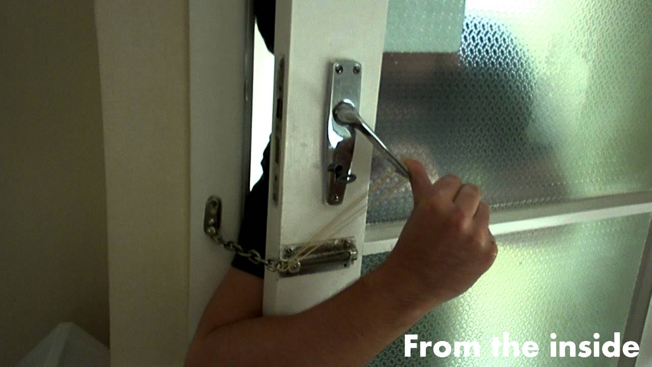 How to open a chain lock with a rubber band - YouTube