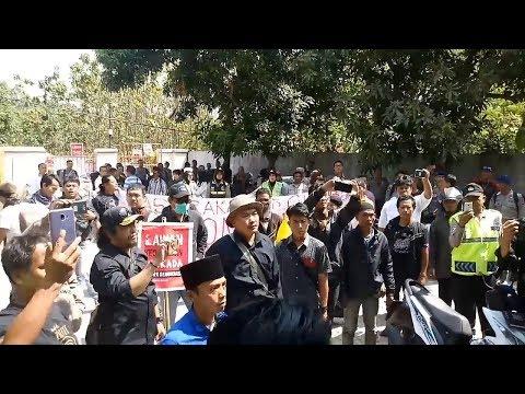 Sejumlah Warga Berunjuk Rasa Di Kantor Panwaslu Kabupaten Cirebon, Ini Alasannya