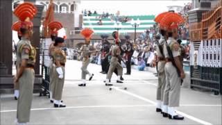 Atemberaubende Zeremonie an Pakistanisch-Indischer Grenze