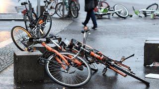 Sturm Friederike: Selbstständiges Dixi-Klo und fliegende Fahrräder
