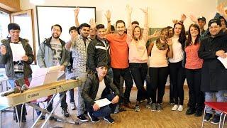 Berührende Begegnung: Anna Känzig singt gemeinsam mit Flüchtlingskindern den «JRZ»-Song 2016