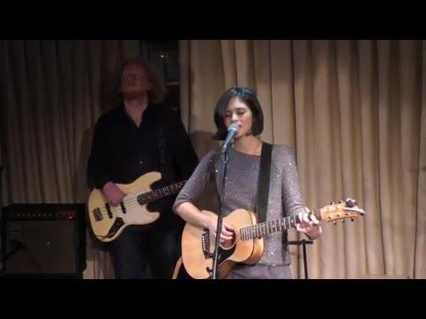 Маша поёт в караоке Sing! от Smule песенку Колыбельная тишины