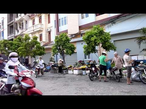 Vietnam - Hai Phong - walk to get Breakfast