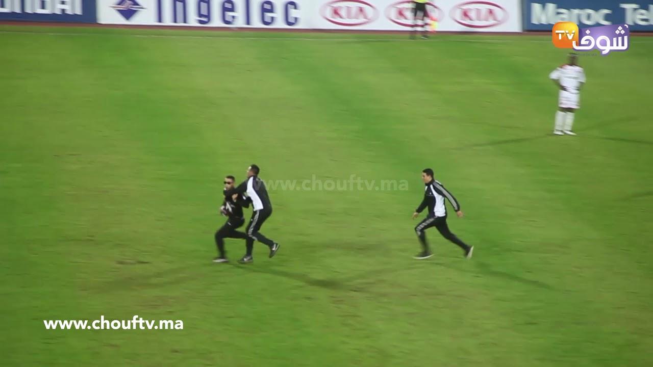 طريف-لحظة-اقتحام-مشجع-الملعب-خلال-مباراة-الجيش-والوداد-شوفو-كيفاش-شدوه-البوليس