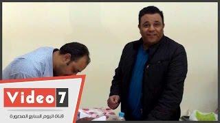 محمد فؤاد يدلى بصوته فى الجامعة العمالية ويلتقط الصور التذكارية مع المواطنين