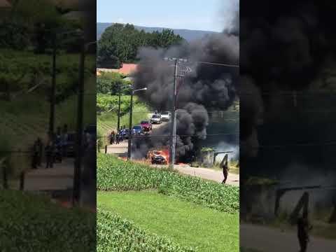Un coche calcinado y otro destrozado en un accidente en Vilalonga sin heridos