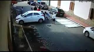 Carro atropela e derruba portão em cima de casal de idosos. Veja o vídeo!