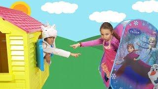 Gaby finge Brincar de Vizinhas com Casas de Brinquedos
