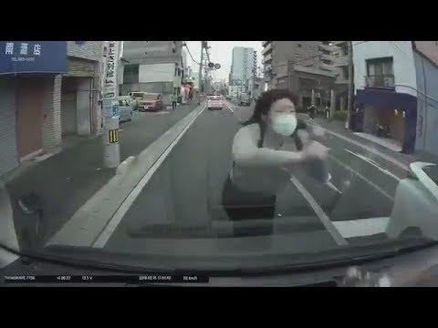 「ころして」走る車のフロントに飛び込んでくるやばい女の人が撮影される。
