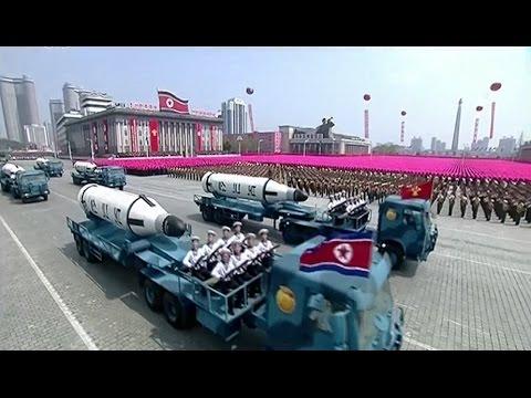 Corea del Norte mostró un misil de largo alcance en un desfile y advirtió a Estados Unidos