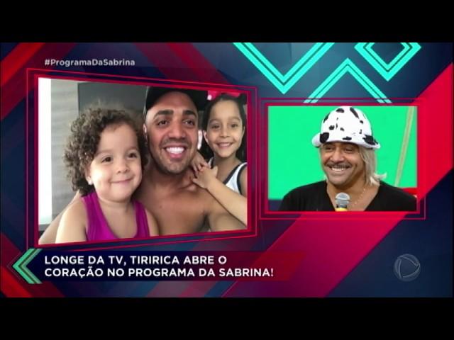 Tiririca se emociona ao receber homenagem da esposa e dos seus filhos
