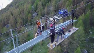 Schwindelerregend: Montage der längsten Hängebrücke der Welt