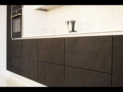 Кухня с фасадами из каменного шпона и стекла