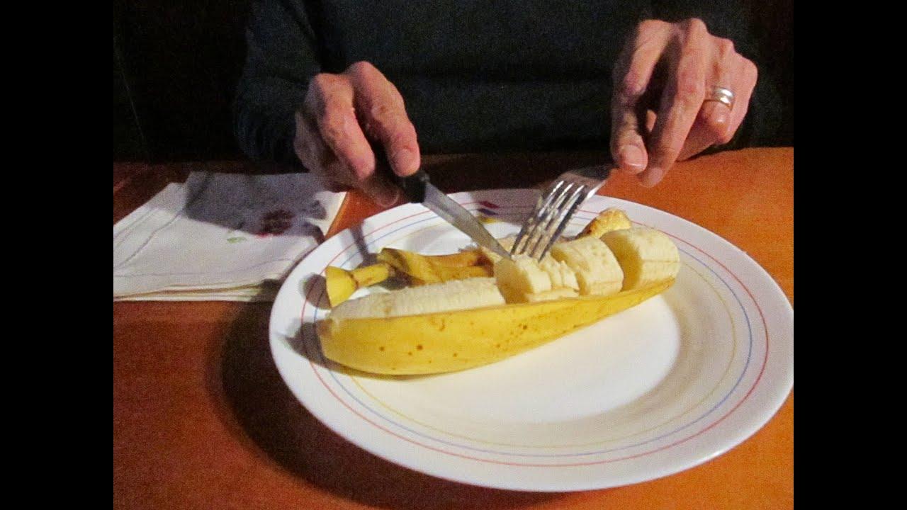 como comer un pl tano en la mesa con cuchillo y tenedor