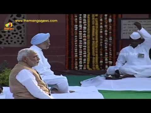 PM Modi seen with Manmohan Singh - Pays tribute to Mahatma Gandhi at Gandhi Smriti