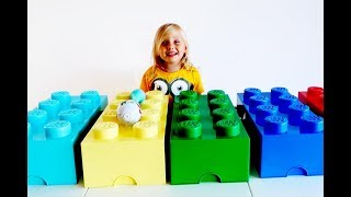 Learning colors with GIANT Toys LEGO Kids paying with toys Finger Family Song