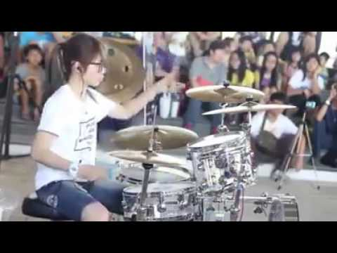 Lady Drummer Perform on Street - Moves Like Jagger