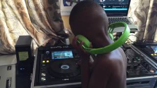 No cables, Power off, pre recorded or fake? Dj Arch Jnr  (4yrs) Worlds Youngest DJ