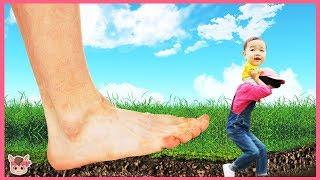 신발 신고 집에 들어오면 안돼요! 거대 발바닥이 따라와요 Giant feet Pretend play for kids | 말이야와아이들 MariAndKids
