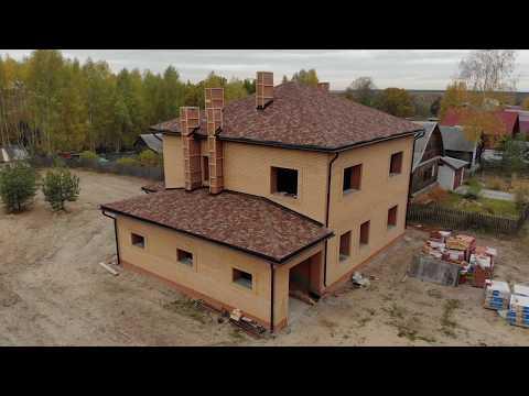 Уютный дом из керамического кирпича: гараж, два полноценных этажа и мягкая черепица //GOODHOME