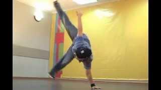 Обучающее видео break dance(брейк-данс): freez 3(Подписаться на Дракона: http://goo.gl/ybHiy Бонус для любопытных: http://drakoni.ru/bonus.html Пора прокачать брейк данс! Умение..., 2008-09-18T10:01:59.000Z)